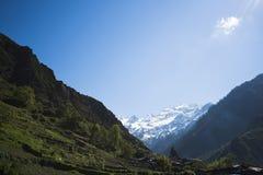 Горы с долиной, Yamunotri, Гималаями Garhwal, Uttarkashi Стоковая Фотография RF