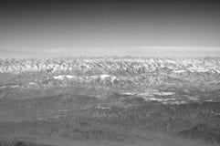 Горы с снежными пиками на голубом небе, видом с воздуха Ландшафт земли планеты естественный вокруг мира перемещения environment стоковая фотография