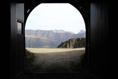 Горы увиденные от строба тоннеля горы Стоковые Фото