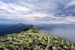 Горы утра в тумане Стоковые Фото