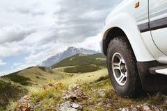 Горы холма колеса автомобиля виллиса Стоковая Фотография