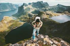 Горы человека путешественника исследуя в Норвегии Стоковая Фотография