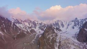 Горы Шани Tian на заходе солнца Воздушное гипер упущение видеоматериал