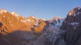 Горы Шани Tian на красочном заходе солнца Воздушное гипер упущение акции видеоматериалы