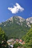 горы bucegi над маленьким городом Стоковое Фото