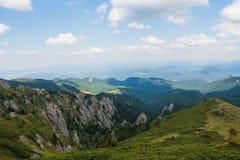 Горы Ciucas, Румыния, солнечный летний день, облака на небе Стоковая Фотография