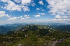 Горы Ciucas, Румыния, солнечный летний день, облака на небе Стоковые Фотографии RF