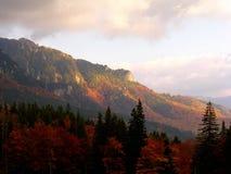 Горы Ciucas формы саммита Zaganu прикарпатские в осени стоковое изображение