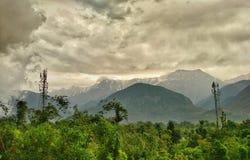 Горы Dhauladhar, долина Kangra, Himachal Pradesh Стоковые Изображения