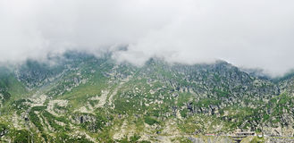 Горы Fagaras, Карпаты с зеленой травой и утесами, облаком Стоковая Фотография