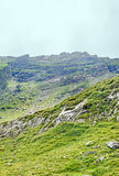 Горы Fagaras, Карпаты с зеленой травой и утесами, облаком Стоковое Изображение RF