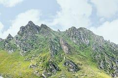 Горы Fagaras, Карпаты с зеленой травой и утесами, пиками Стоковая Фотография RF