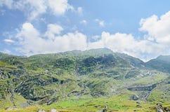Горы Fagaras, Карпаты с зеленой травой и утесами, пиками Стоковое фото RF