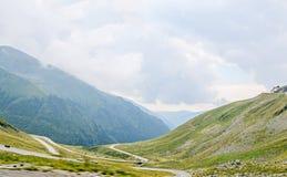 Горы Fagaras, Карпаты с зеленой травой и утесами, Trans Стоковая Фотография RF