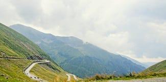 Горы Fagaras, Карпаты с зеленой травой и утесами, Trans Стоковые Фото
