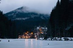 Горы Hasmas зимы, восточные Карпаты, Румыния Туманное утро, света деревни Стоковые Фото