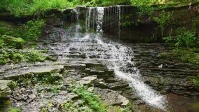 горы klein drakenstein плащи-накидк Африки приближают к водопаду съемки paarl южному западному видеоматериал