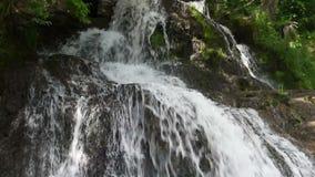 горы klein drakenstein плащи-накидк Африки приближают к водопаду съемки paarl южному западному сток-видео