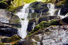 горы klein drakenstein плащи-накидк Африки приближают к водопаду съемки paarl южному западному Стоковое фото RF
