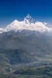 Горы Machhapuchhre и Annapurna Стоковые Изображения