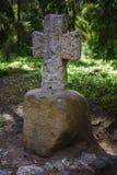 Горы Pushkin, Trigorskoye, старый каменный крест Стоковая Фотография