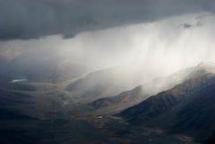 Горы Snowy в облаках в взгляде панорамы Тибета Стоковое Изображение RF
