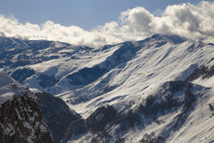 Горы Snowy на предпосылке синего неба Стоковое Изображение RF