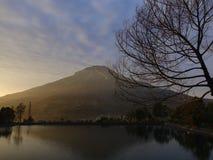 Горы Sumbing и Embung Kledung в утре Стоковая Фотография RF