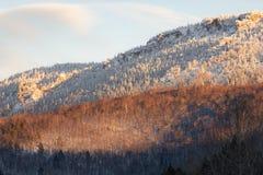 Горы Ural в выравниваясь свете стоковые фото