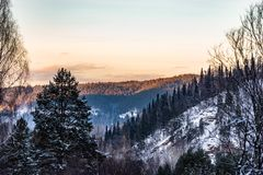 Горы Ural в выравниваясь свете стоковые изображения