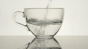Горячая вода лить в стеклянной чашке Первый шаг для варить тройника Полное HD видеоматериал