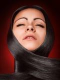 Горячая девушка брюнет с совершенными прямыми волосами Стоковые Фотографии RF