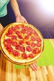 Горячая домодельная пицца Pepperoni готовая для еды Бон Appetit Стоковое Фото