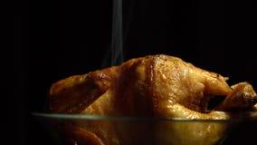 Горячая жареная курица в стеклянной пластинке на черной предпосылке видеоматериал