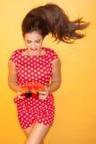 Горячая женщина нося красное платье точек польки Стоковые Фото
