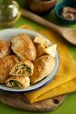 горячая закуска для обедающего семьи испеченные пироги печенья слойки заполненные с цыпленком, сыром, перцем на деревянной доске  стоковое изображение rf