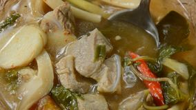 Горячая и пряная косточка свинины при тамаринд и тайский суп трав черпая ложкой видеоматериал