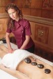 Горячая каменная терапия массажа Стоковые Фото