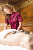 Горячая каменная терапия массажа Стоковые Изображения RF
