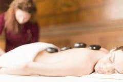 Горячая каменная терапия массажа Стоковые Фотографии RF