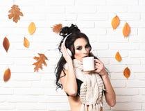 Горячая концепция питья и клуба девушка стороны серьезная Стоковая Фотография RF