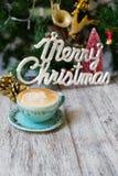 Горячая кофейная чашка на винтажной предпосылке праздников /Christmas таблицы стоковое изображение