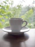 Горячая кофейная чашка на деревянной таблице Стоковые Фотографии RF