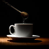Горячая кофейная чашка на черной предпосылке стоковые фотографии rf