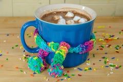 Горячая кружка какао с шарфом стоковое изображение rf