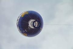 Горячая муха воздушного шара в небе города Берлина Стоковое Изображение