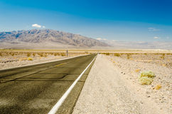 Горячая дорога пустыни в национальном парке Death Valley, Калифорнии Стоковые Фотографии RF