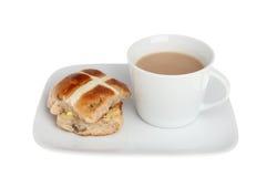Горячая перекрестная плюшка и чай Стоковые Фото