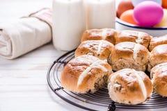 Горячая перекрестная плюшка на подносе с яичками и молоком пасхи живыми Стоковая Фотография RF