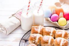 Горячая перекрестная плюшка на подносе с яичками и молоком пасхи живыми Стоковые Изображения